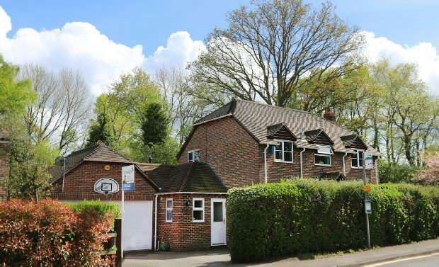 4 Bedrooms Detached House for sale in Basingstoke Road, Riseley, Reading