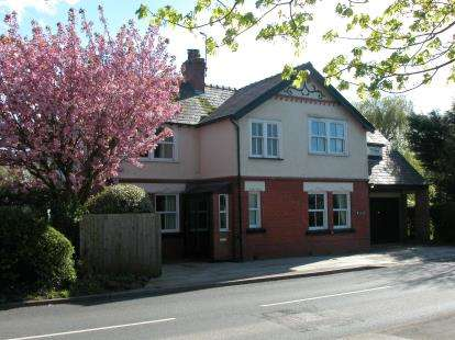 4 Bedrooms Detached House for sale in Neston Road, Willaston, Cheshire, CH64