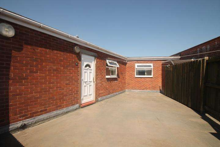 2 Bedrooms Flat for rent in Abbey Road, Lower Gornal, Dudley