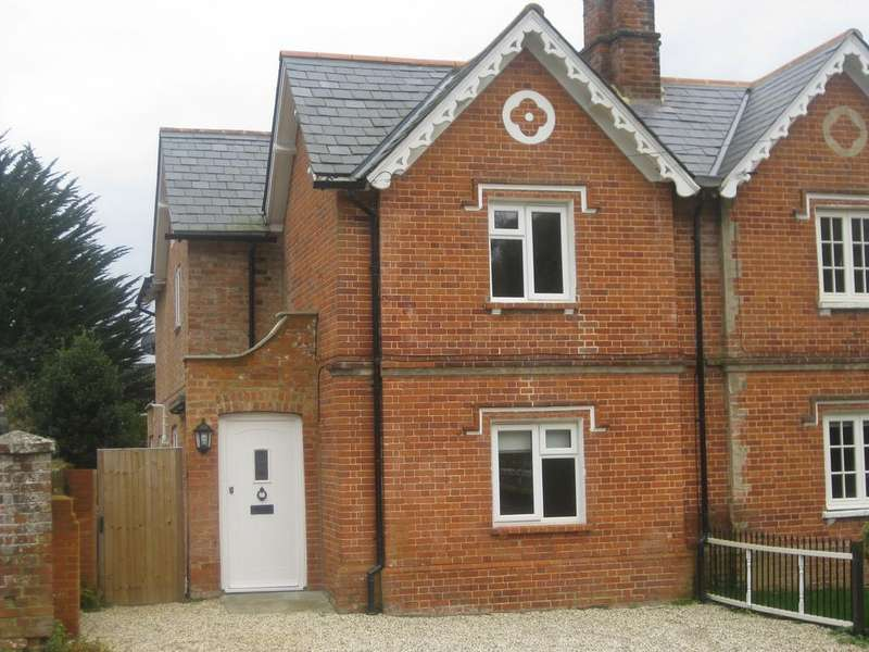 3 Bedrooms Semi Detached House for sale in London Road, Hartley wintney RG27