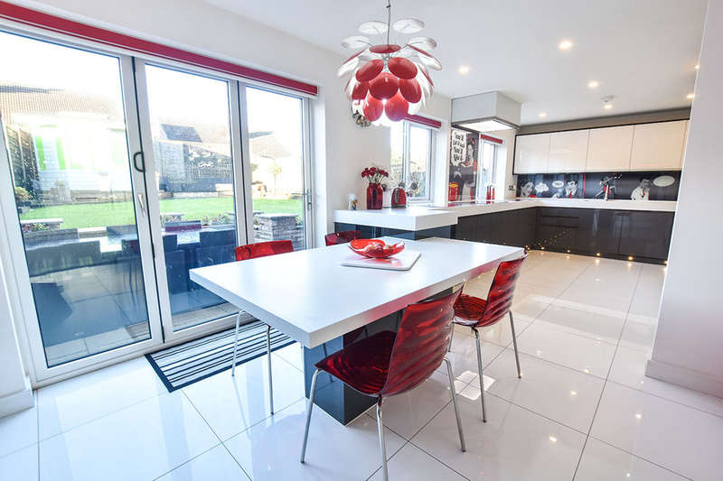 4 Bedrooms Detached House for sale in Bolton Road, Bury, BL8
