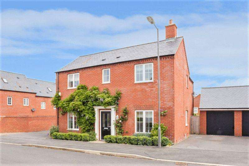 4 Bedrooms Detached House for sale in Weavers Close, Buckingham