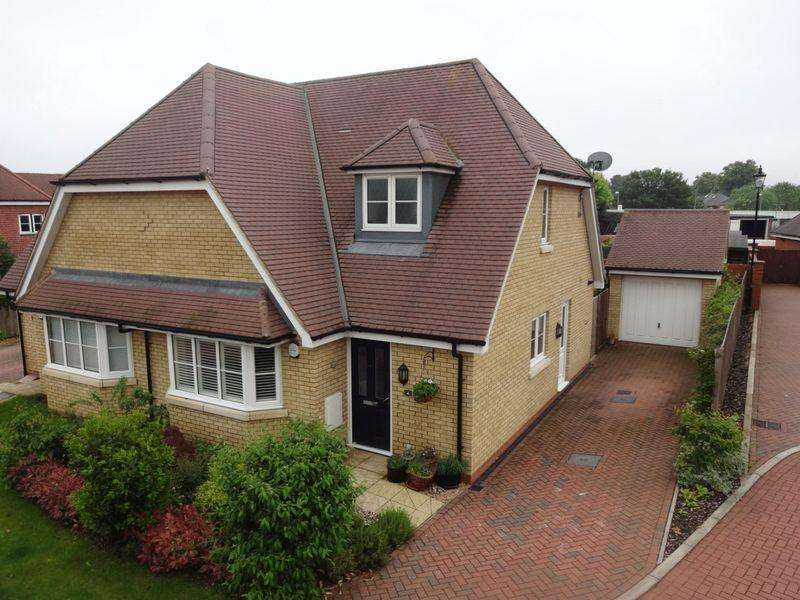 3 Bedrooms Semi Detached House for sale in Brambles Edge.