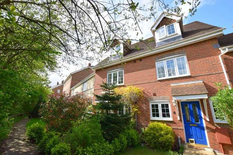 3 Bedrooms Town House for sale in Longmoor Court, Fleet, GU51