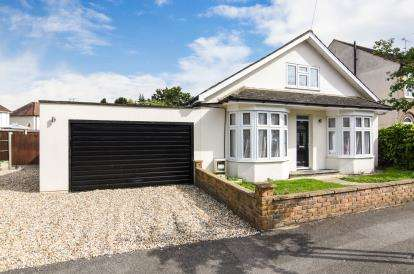3 Bedrooms Bungalow for sale in Romford, Havering, United Kingdom