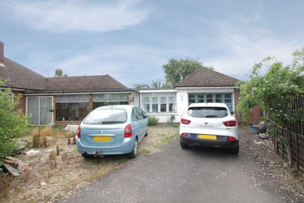 3 Bedrooms Detached Bungalow for sale in Hawthorn Bank, Lincoln, Lincolnshire, PE11 2UN