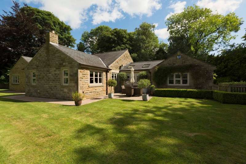4 Bedrooms Detached Bungalow for sale in Combs Road, Chapel-en-le-Frith, High Peak, Derbyshire, SK23 9UW