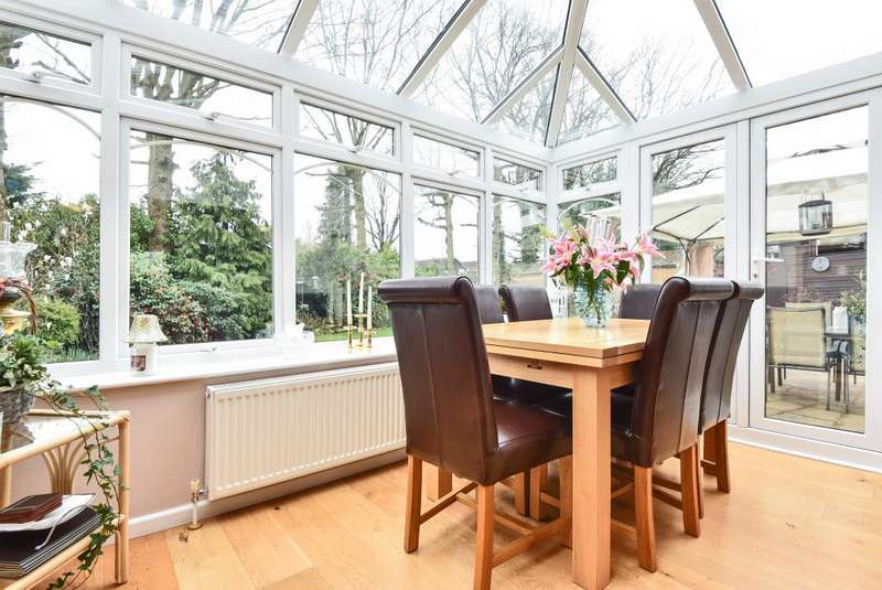 3 Bedrooms House for sale in Well Close, Camberley, GU15