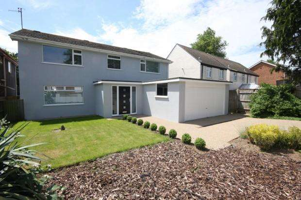 5 Bedrooms Detached House for sale in Glynn Road, Peacehaven, BN10