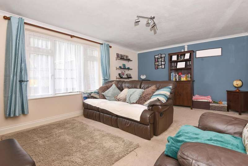 2 Bedrooms Flat for sale in Flackwell Heath, High Wycombe, Buckinghamshire, HP10