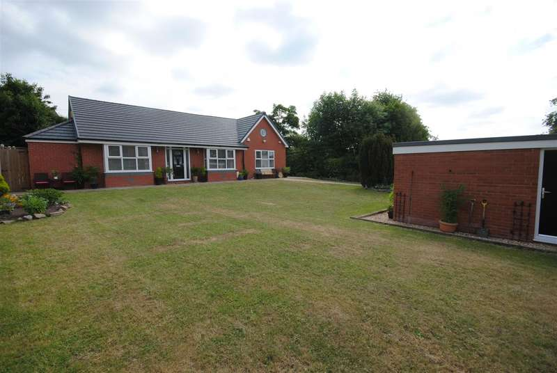 3 Bedrooms Detached Bungalow for sale in Ince Hall Avenue, Wigan