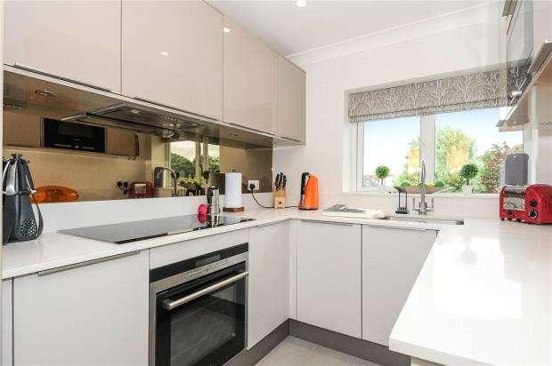 2 Bedrooms Maisonette Flat for sale in Chiltern Court, Fawcett Road, Windsor