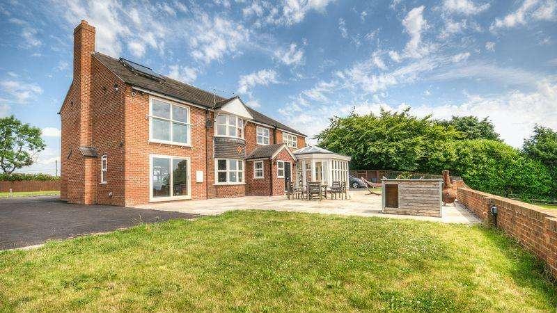 5 Bedrooms Detached House for sale in Leek Road, Kingsley Moor, Staffordshire, ST10 2EJ