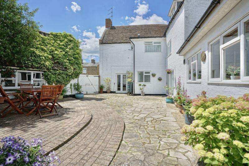 5 Bedrooms Detached House for sale in Old Court Hall, Godmanchester