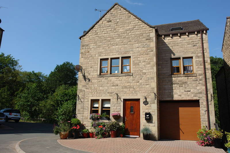4 Bedrooms Detached House for sale in Clough Lea, Marsden, West Yorkshire