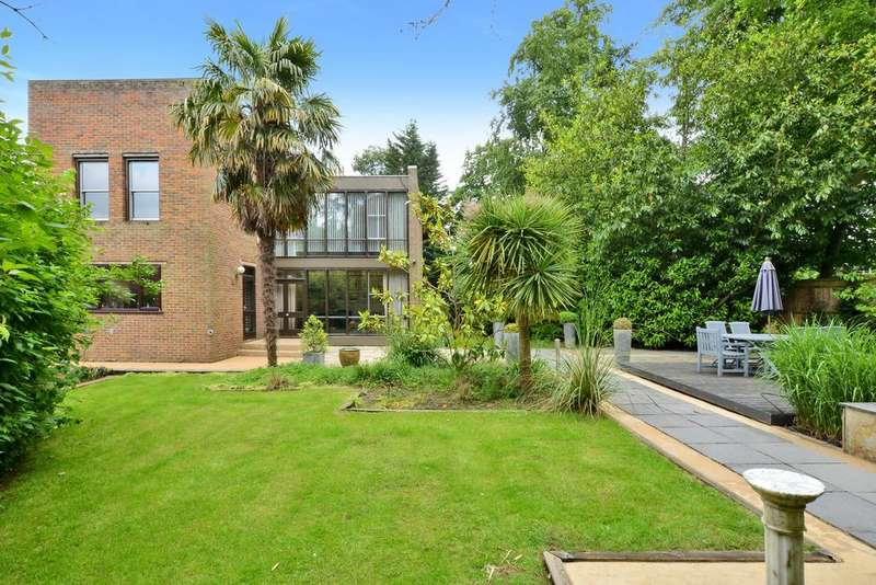 5 Bedrooms Detached House for sale in Lakeside Drive, Esher KT10
