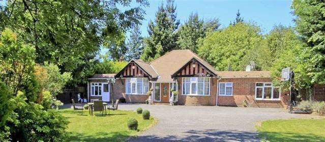 4 Bedrooms Detached House for sale in Court Road, Ickenham, Middlesex