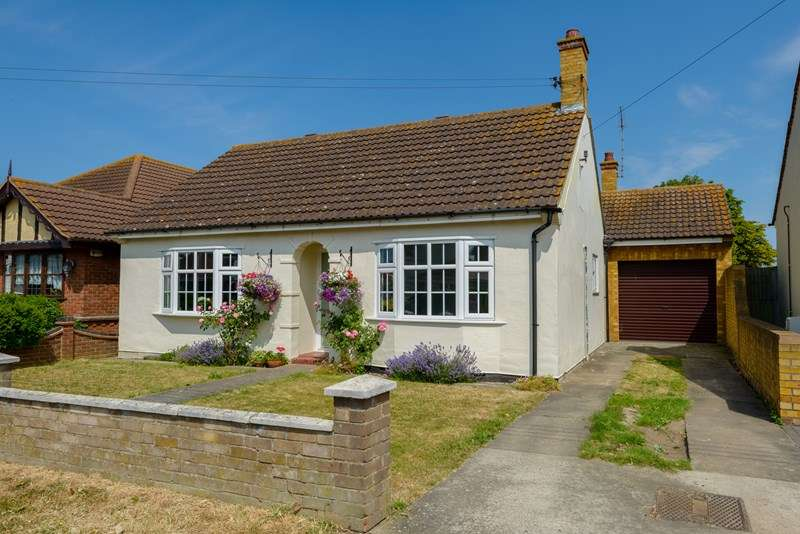 3 Bedrooms Bungalow for sale in Backing farmland - Little Wakering