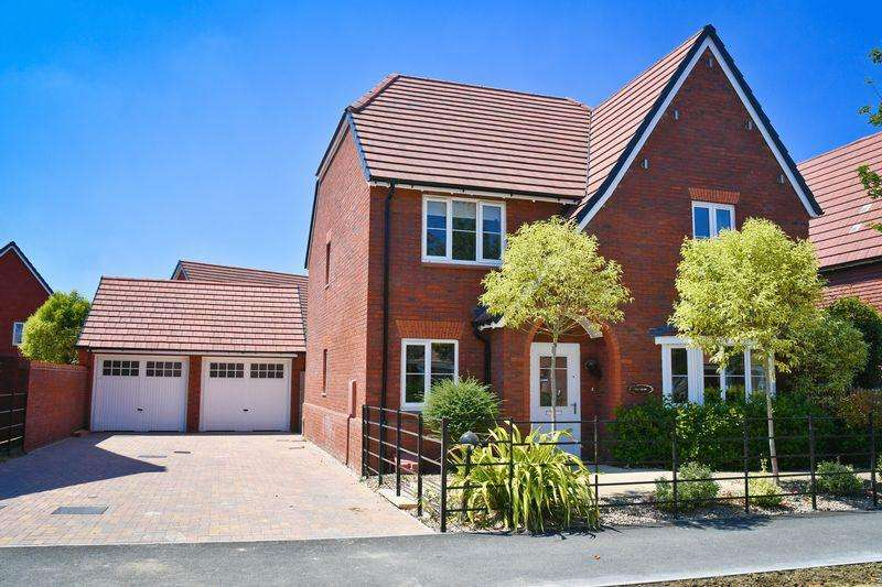 4 Bedrooms Detached House for sale in William Morris Way, Swindon