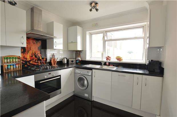 2 Bedrooms Flat for sale in Chargrove, BS37 4LQ