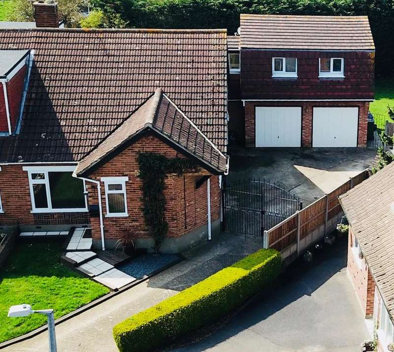 4 Bedrooms Bungalow for sale in Holmes Close, Horndon-On-The-Hill