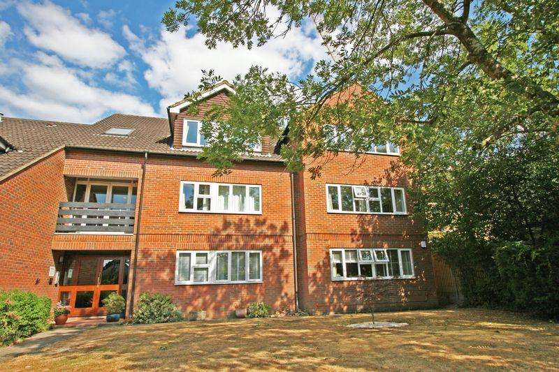 2 Bedrooms Apartment Flat for sale in Sussex House, Victoria Road, Farnham Common, Bucks SL2