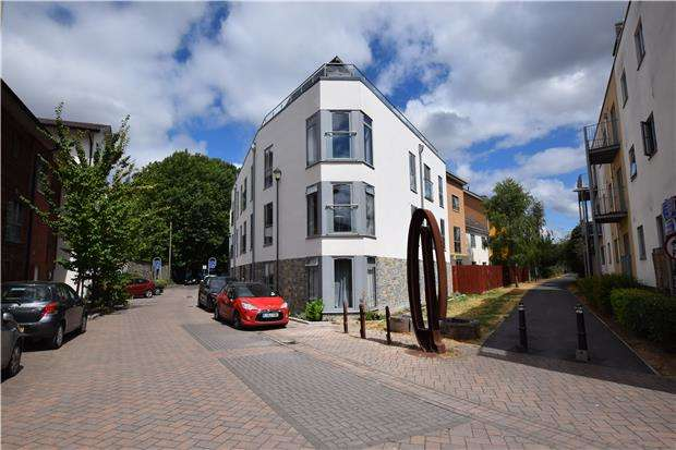 2 Bedrooms Flat for sale in Barton Road, BRISTOL, BS2 0LF