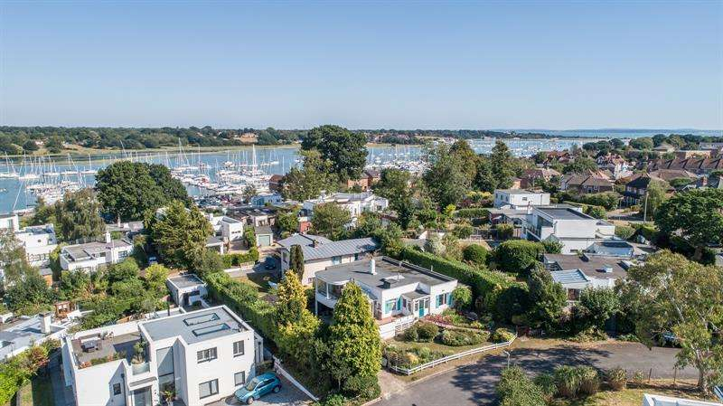 3 Bedrooms Detached House for sale in Crowsport Hamble Southampton