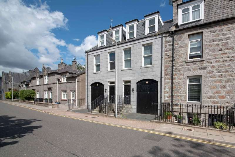 3 Bedrooms Town House for sale in Crimon Place, Aberdeen, AB10 1RX