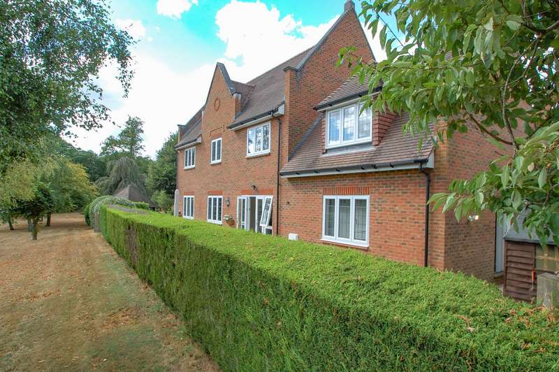 4 Bedrooms Detached House for sale in Kemsley Chase, Farnham Royal, SL2