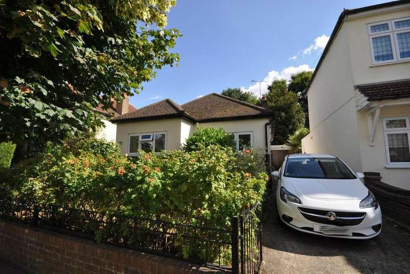 3 Bedrooms Detached Bungalow for sale in Bruce Avenue, Hornchurch, Essex, RM12