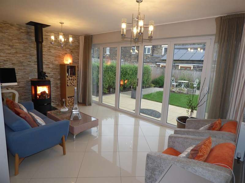 4 Bedrooms Detached House for sale in Moorcroft Close, Mirfield, WF14 9FA