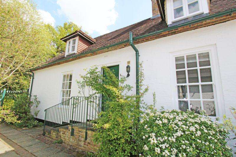 2 Bedrooms Coach House Flat for sale in Nashdom Lane, Taplow, Buckinghamshire SL1