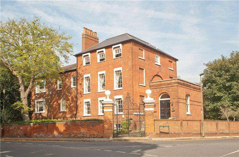 2 Bedrooms Flat for sale in Datchet Lodge, Windsor Road, Datchet, SL3