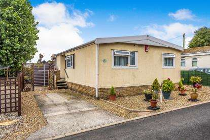2 Bedrooms Bungalow for sale in The Crescent, Woodside Park, Stalmine, Poulton-Le-Fylde, FY6