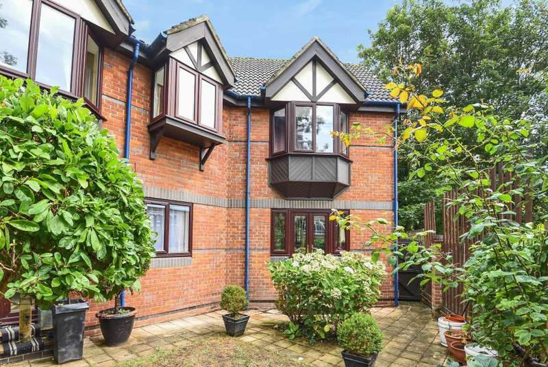 2 Bedrooms Flat for sale in Talbot Court, Central Reading, RG1