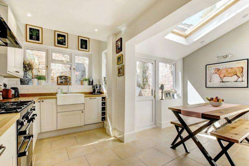 2 Bedrooms Terraced House for sale in Hill View, Clifton