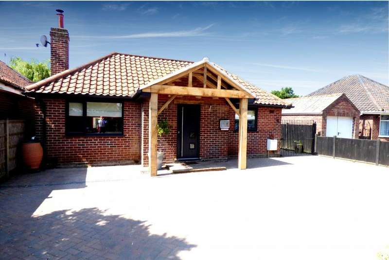 4 Bedrooms Detached Bungalow for sale in Lodge Lane, NR6