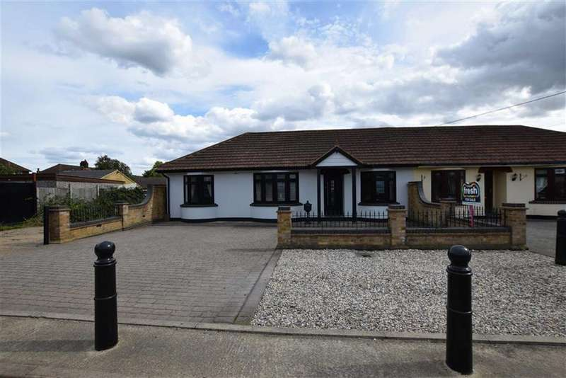 3 Bedrooms Semi Detached Bungalow for sale in Central Avenue, Corringham, Essex