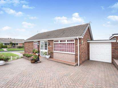 2 Bedrooms Bungalow for sale in Fir Tree Crescent, Dukinfield, Greater Manchester, United Kingdom