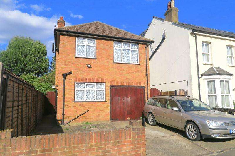 3 Bedrooms Detached House for sale in Danesbury Road, Feltham