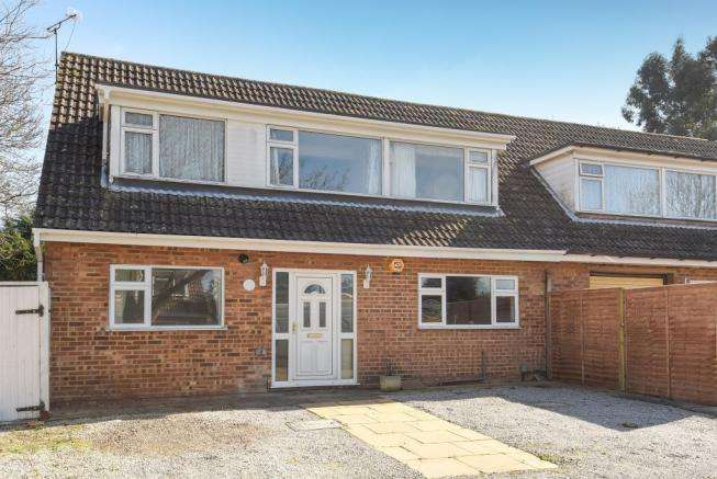4 Bedrooms Semi Detached House for sale in Pheasant Close, Winnersh, RG41