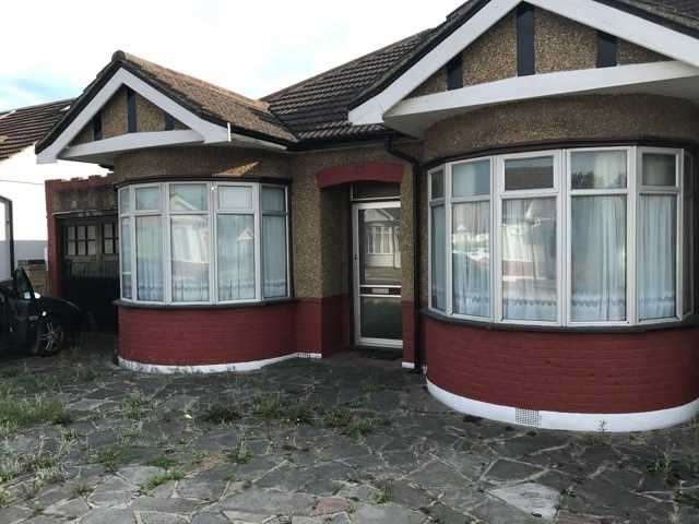 3 Bedrooms Bungalow for sale in Randall Drive, Hornchurch, Essex
