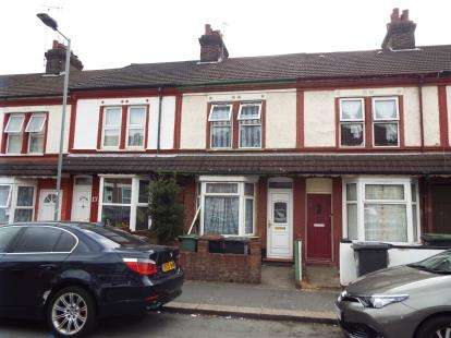 House for sale in Shaftesbury Road, Luton, Bedfordshire