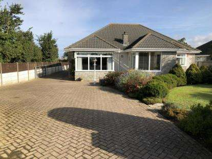 4 Bedrooms Bungalow for sale in Quintrell Downs, Newquay, Cornwall