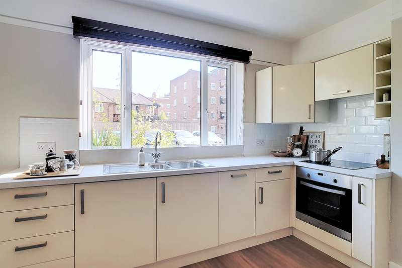 4 Bedrooms Flat for sale in Mayhew Court, Denmark Hill, SE5 8HG