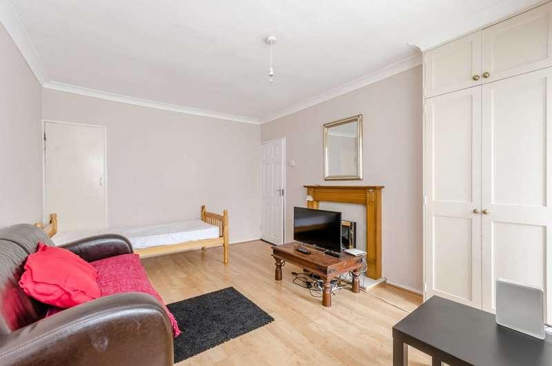 2 Bedrooms Flat for sale in Cortis Road, Putney Heath, SW15