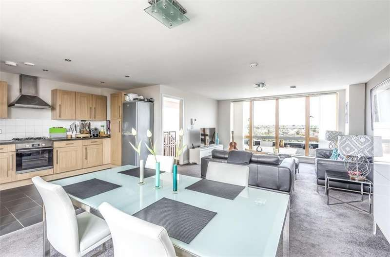 2 Bedrooms Flat for sale in Emma House, 2 Market Link, Romford, Greater London