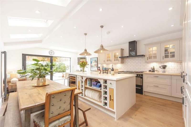 5 Bedrooms Terraced House for sale in Grandison Road, SW11