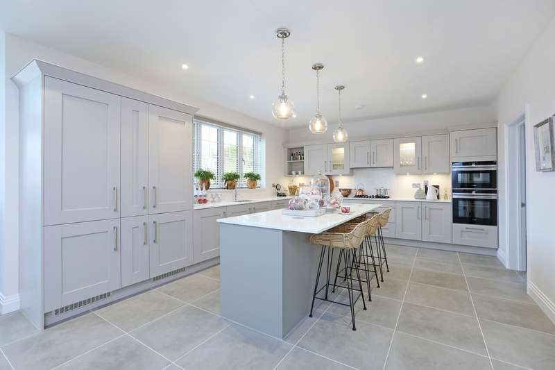 5 Bedrooms Detached House for sale in Tudor Court, Hollybush Hill, Stoke Poges, SL2